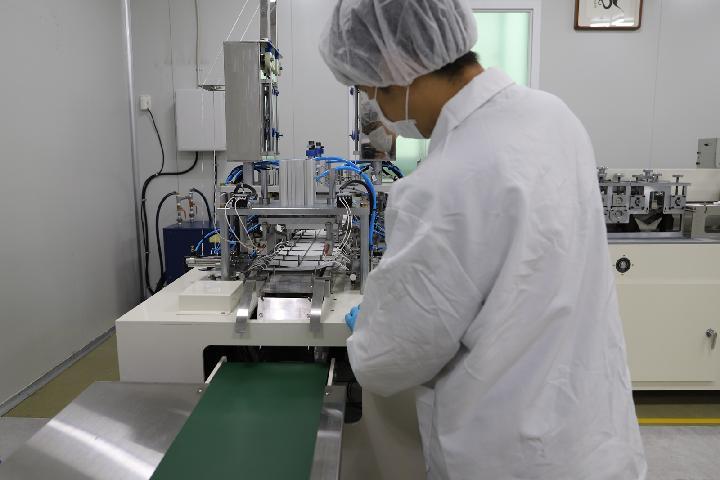 숲 중증장애인 다수고용사업장에서 직원이 마스크 생산에 열중하고 있다.