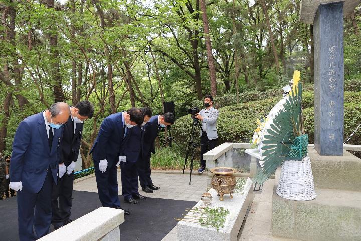 수성구청 관계자들이 현충일을 맞아 나야대령 기념비에서 참배를 하고 있다.