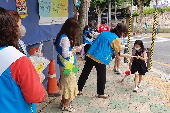 수성구 보행지킴이가 범어네거리에서 시민들에게 방역마스크를 나눠주며 스쿨존 교통안전 및 코로나19 방역 캠페인을 실시하고 있다.