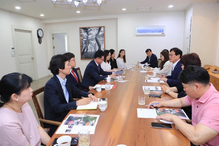 수성구 중학교 운영위원협의회 신규 임원진들이 김대권 수성구청장과 안전한 등하굣길과 관련해 다양한 의견을 나누고 있다.