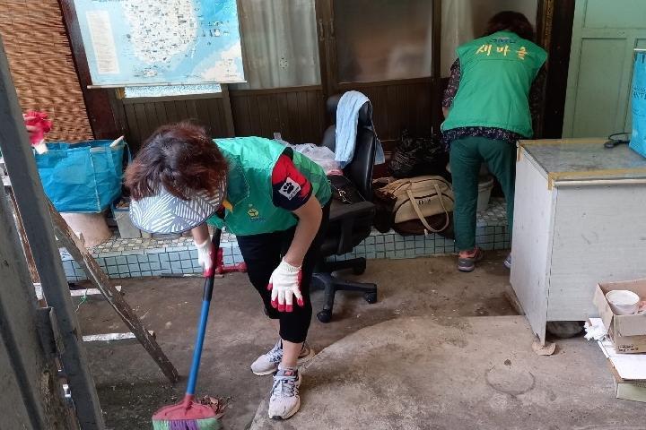 상동 새마을협의회와 부녀회가 홀로 사는 어르신 집을 고치고 청소하고 있다.